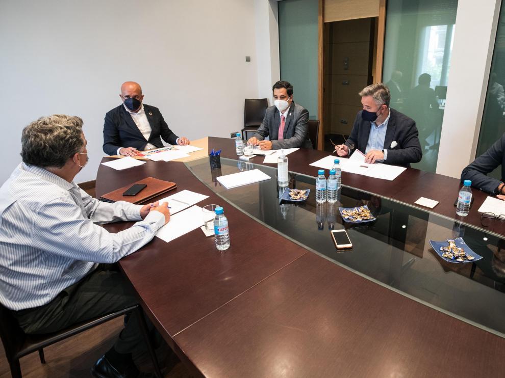 Los cuatro ponentes, junto con el moderador, durante la mesa debate celebrada el pasado lunes en la sede de HERALDO.