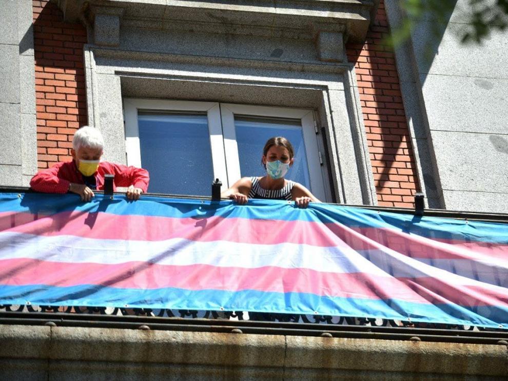 Momento de la colocación de la bandera en el balcón subido a Twitter por Irene Montero