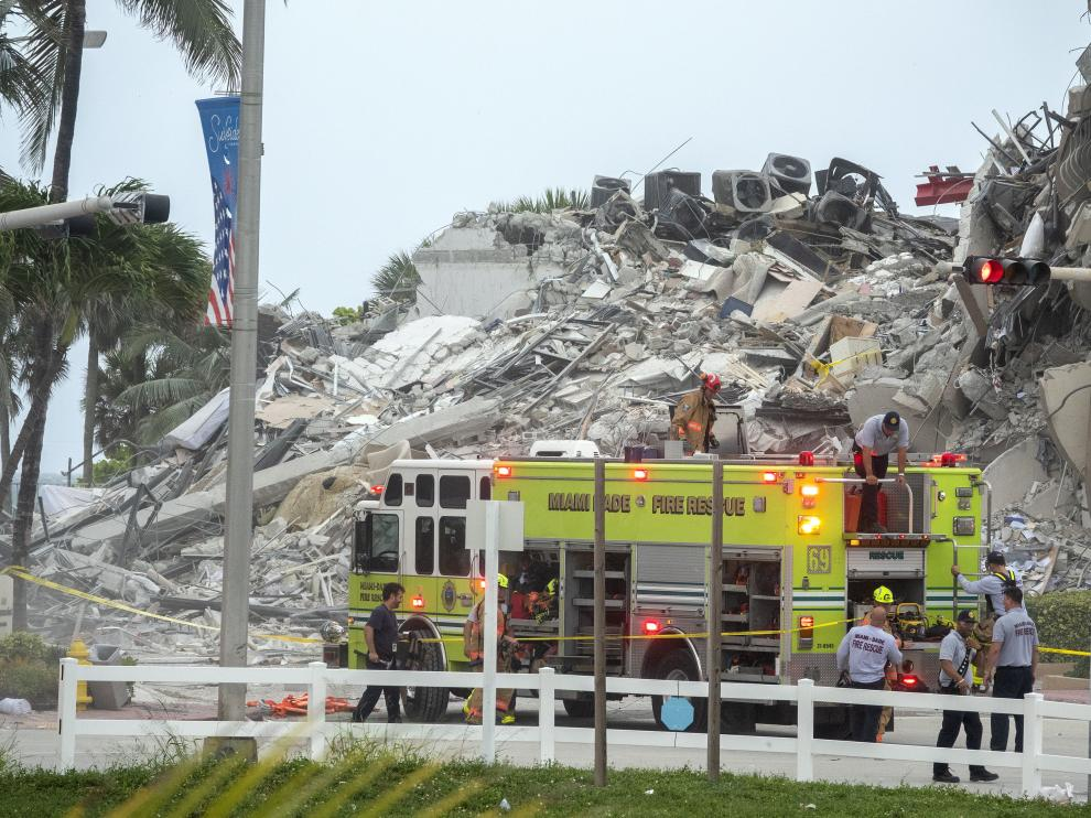 Surfside (United States), 24/06/2021.- A view of the partial collapsed 12-story condominium building in Surfside, Florida, USA, 24 June 2021. Miami-Dade Fire Rescue officials said more than 80 units responded to the collapse at the condominium building near 88th Street and Collins Avenue just north of Miami Beach around 2 a.m. Surfside Mayor Charles W. Burkett said during a press conference that one person has died, and at least 10 others were injured in the accident. (Incendio, Estados Unidos) EFE/EPA/CRISTOBAL HERRERA-ULASHKEVICH Multi-story building partially collapses near Miami, Florida