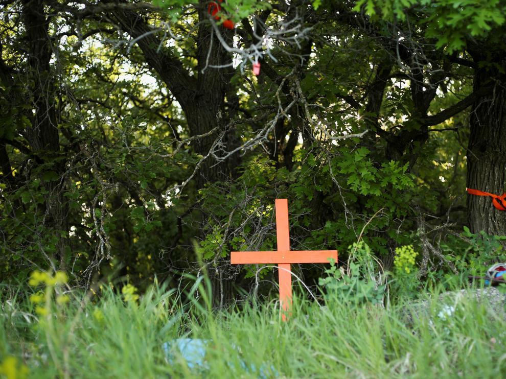 [Una cruz señala un enterramiento en un orfanato de Canadá.