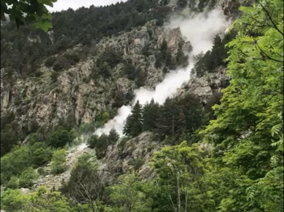 Unos visitantes han captado el momento del desprendimiento de rocas en una de las laderas del balneario de Panticosa.