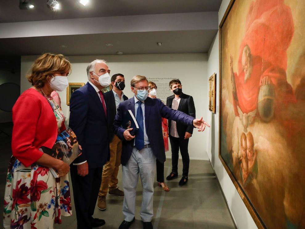 Maite Ciriza, directora de Cultura y Patrimonio de la Fundación Ibercaja, José Luis Rodrigo, director general de la misma fundación, y Arturo Ansón, comisario de la muestra, comentan detalles de uno de las pinturas de Goya que salen a la luz con esta muestra.
