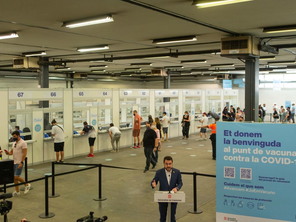 Aragonés atiende a los medios tras vacunarse