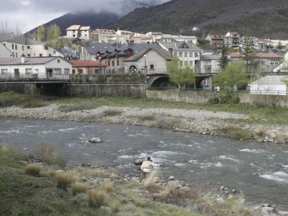 El río Gállego a su paso por Biescas.