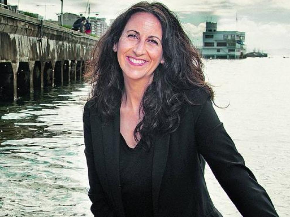 La autora posa en el puerto se Santander, con el Club Marítimo al fondo.