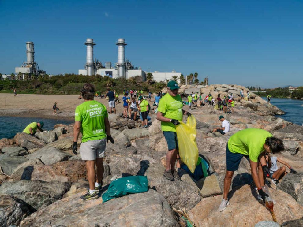 Marcha solidaria, en la que empleados y familiares de DKV colaboraron en la recogida de plásticos