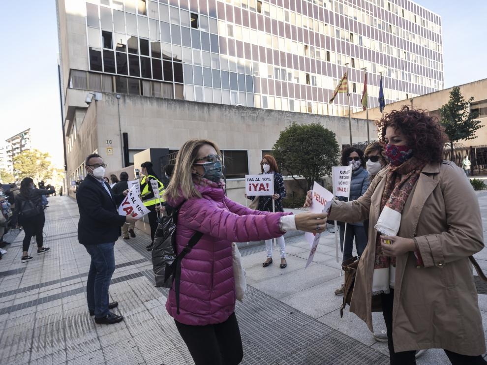 Protesta del sector de las peluquerías ante la Delegación de Hacienda de Zaragoza para exigir la bajada del IVA del 21% al 10%