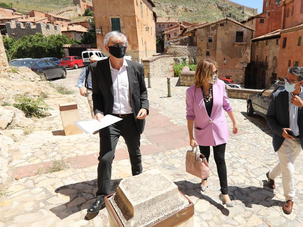 Al encuentro ha acudido la consejera de Presidencia y Relaciones Institucionales, Mayte Pérez, que en la foto aparece acompañada del gerente de la Fundación, Antonio Jiménez, y el alcalde de Albarracín, Michel Villalta.