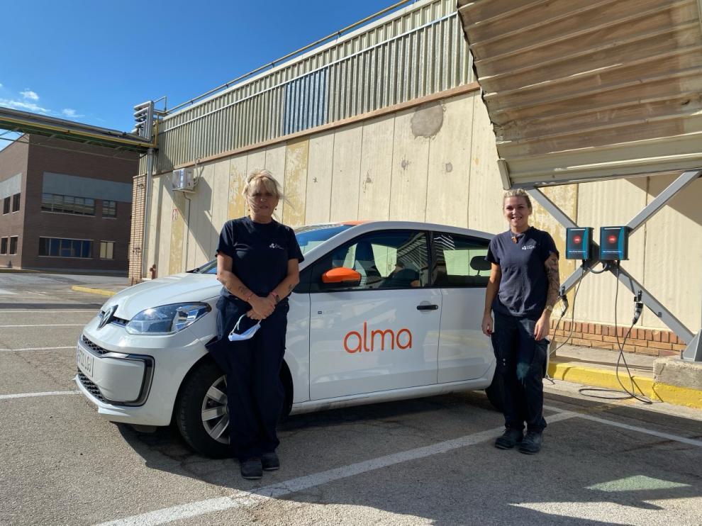 Laura Pérez y Rosi Artajona comparten este vehículo elécrico para ir a trabajar a la empresa Copo, en Fuentes de Ebro.