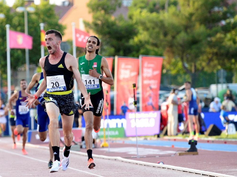 Carlos Mayo cruza la línea de meta como campeón de España de 5.000 metros.