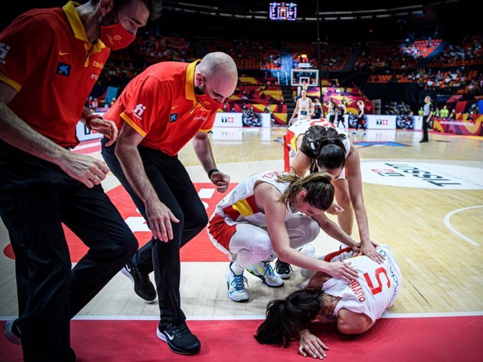 Cristina Ouviña, en el suelo tras la rotura del tabique nasal en el partido contra Rusia