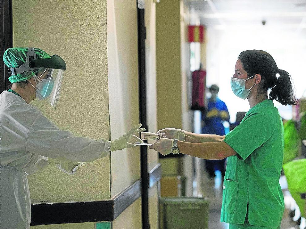 Dos trabajadoras, en la unidad de cuidados intermedios de Neumología del Servet, en febrero