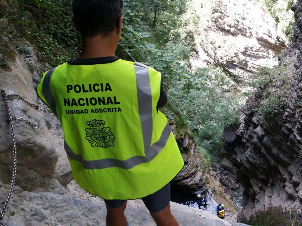 Los agentes de la Unidad Adscrita de la Policía Nacional realizan inspecciones sobre el terreno de las actividades de turismo de aventura en Huesca.