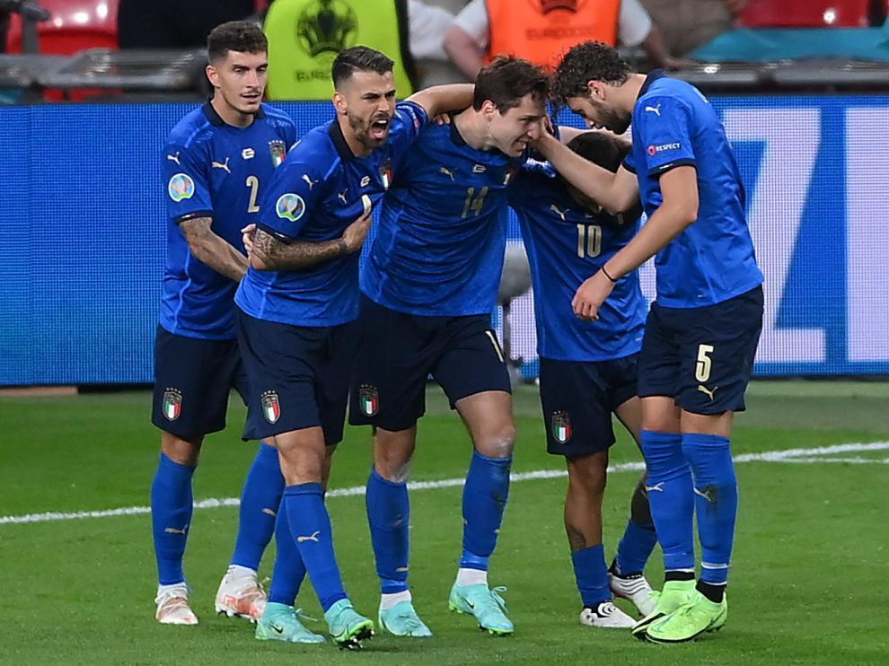 Los italianos celebran el gol de Federico Chiesa