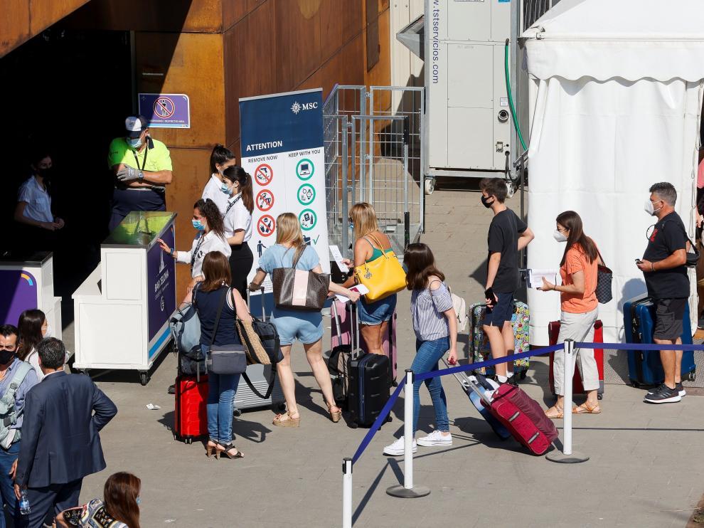 Pasajeros desembarcan del primer crucero que atraca en Barcelona desde la pandemia, este sábado.