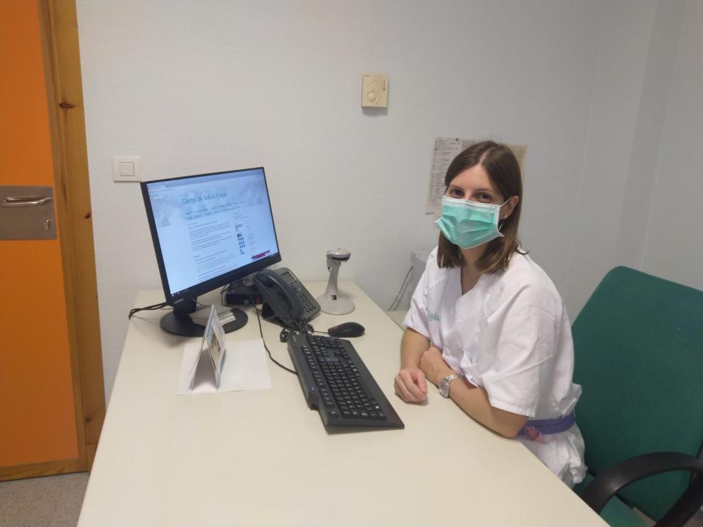 Silvia Casas, en su lugar de trabajo en el centro de salud de Fraga.