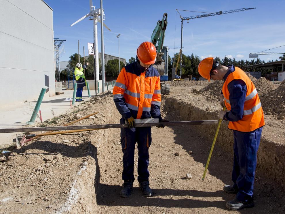 Dos alumnos de la Fundación Laboral de la Construcción haciendo prácticas en las instalaciones de este centro de formación en Villanueva de Gállego de Zaragoza.