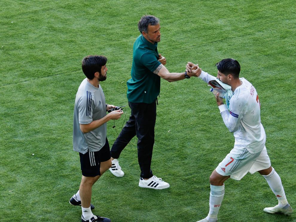 Luis Enrique saluda a Morata en el partido de España contra Eslovaquia