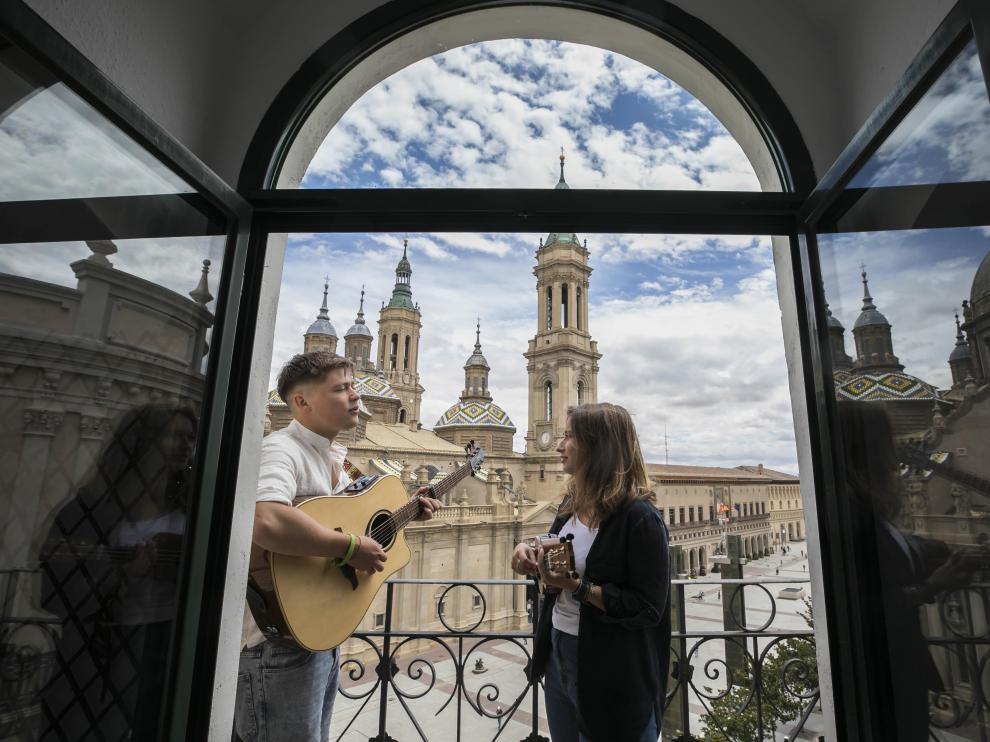 Marta Casero y Daniel Quezada en la plaza del Pilar de Zaragoza.