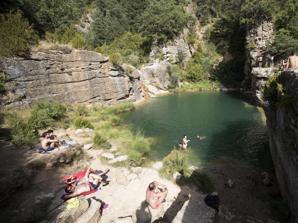 Bañistas en las pozas de Pígalo en julio del año pasado