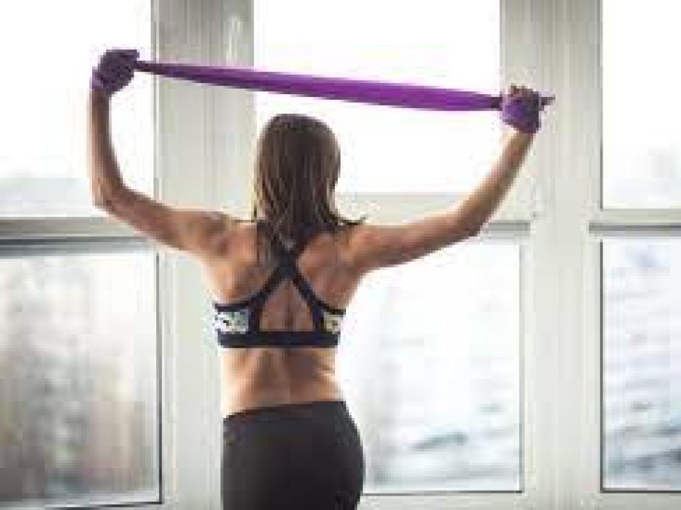 Con unas bandas elásticas es posible ejercitar todo el cuerpo.