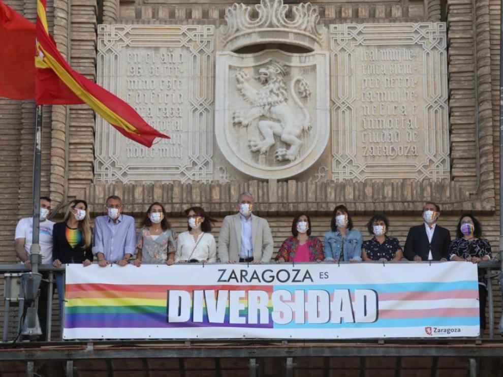 La pancarta en el balcón del Ayuntamiento de Zaragoza