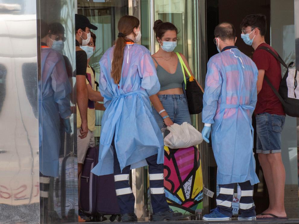 Llegada de estudiantes al Hotel Palma Bellver, donde se instala a los positivos