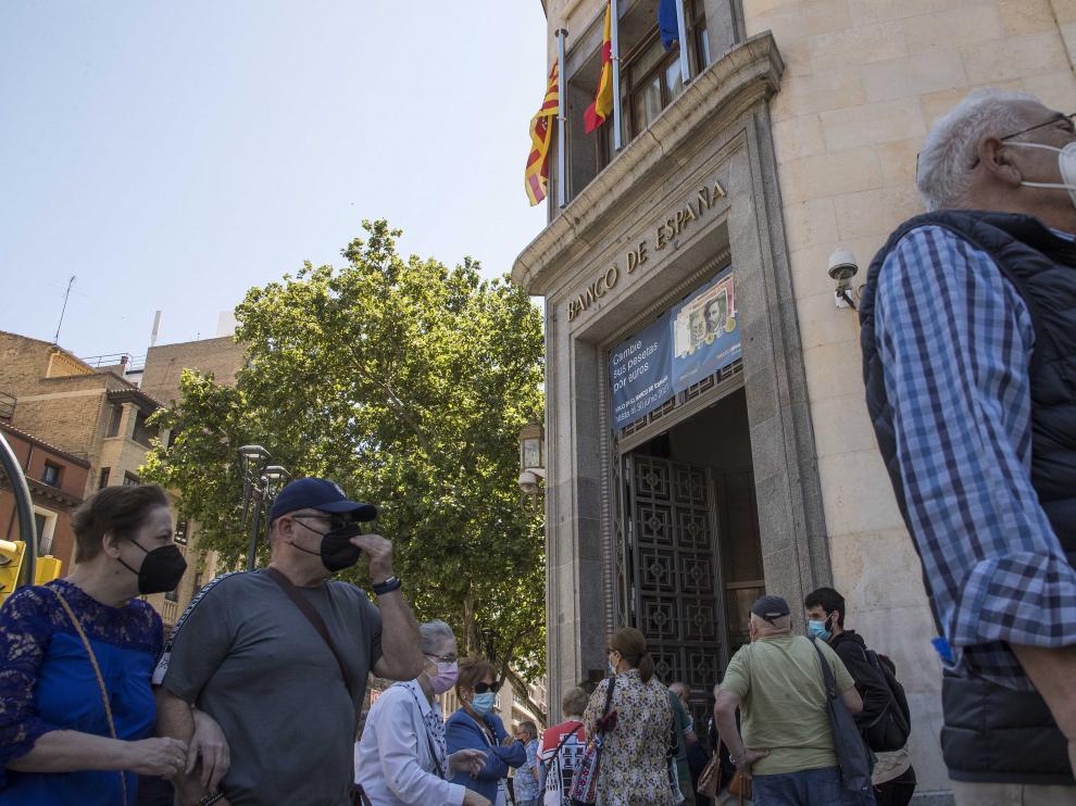 Larga fila para cambiar pesetas a euros en la sede del Banco de España en Zaragoza.