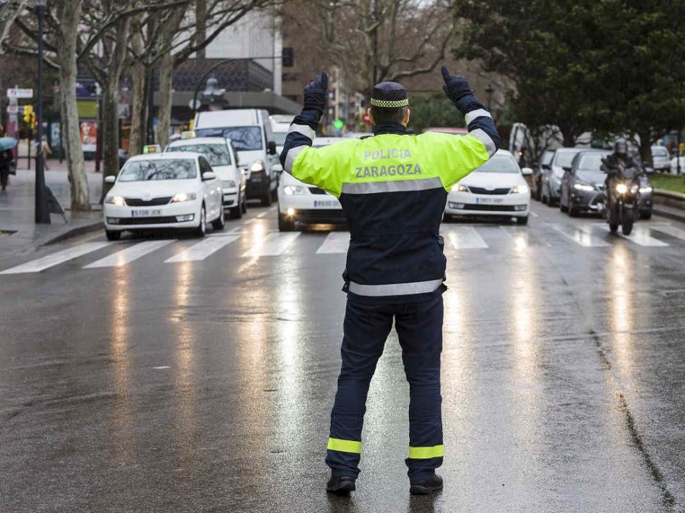 Policía Local en Zaragoza regulando el tráfico