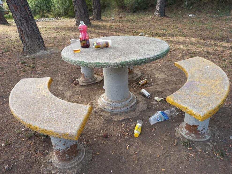 Restos de botellón en el parque de Los Sotos de Monzón.