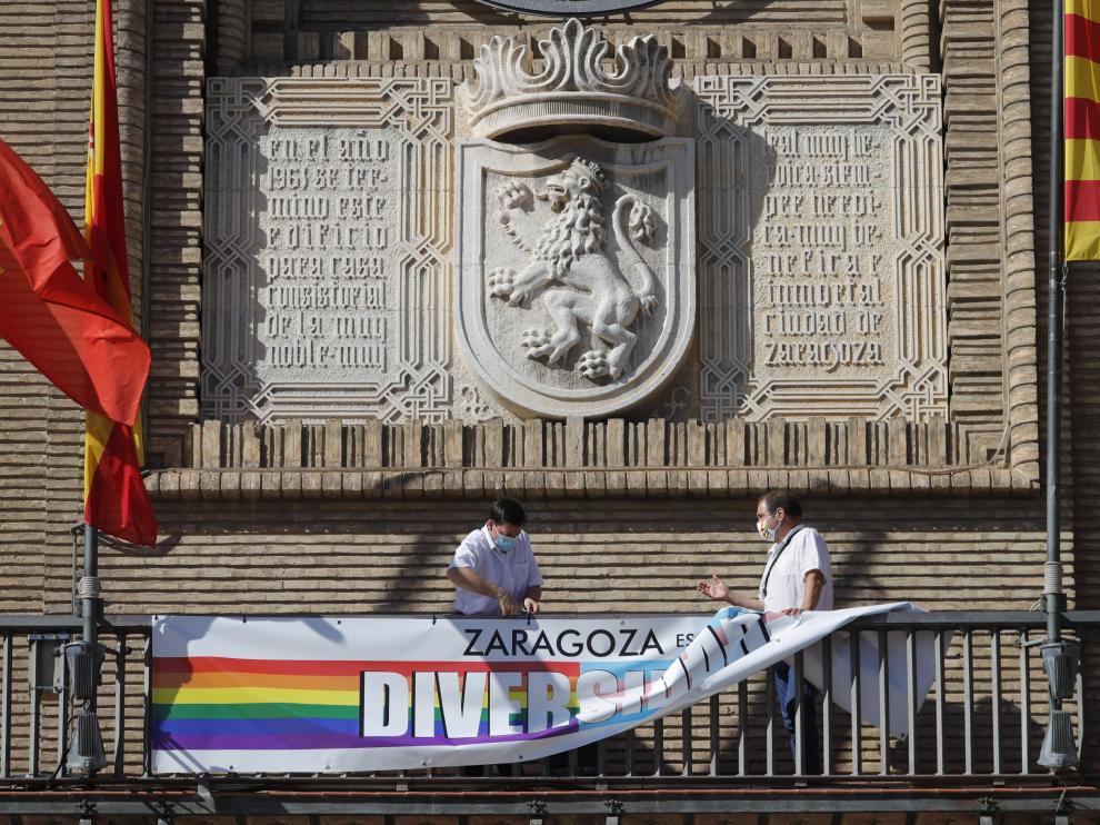 Retirada de la pancarta LGTBI del balcón del Ayuntamiento de Zaragoza, este lunes por la tarde.