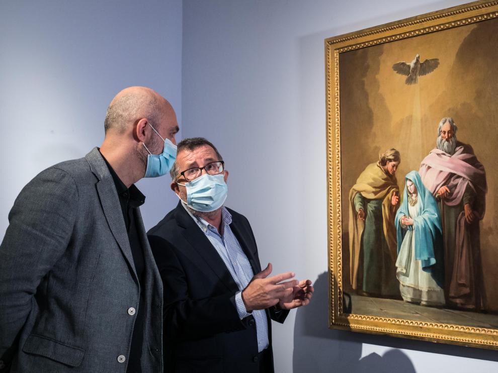 Víctor Lucea e Isidro Aguilera, comentando algunos detalles del cuadro recién depositado en el Museo de Zaragoza.