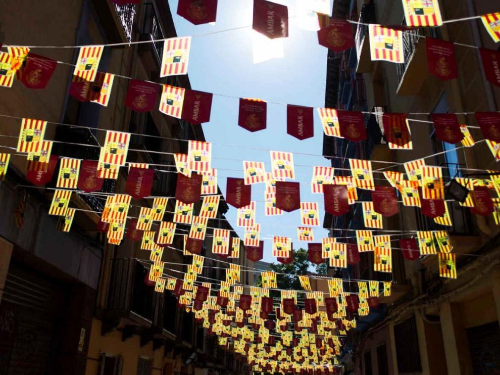 Adornos con la bandera de Aragón, típicos de las fiestas populares