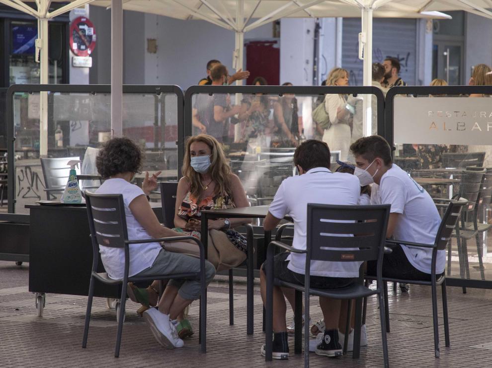 Ambiente en una terraza del centro de Zaragoza este martes por la tarde