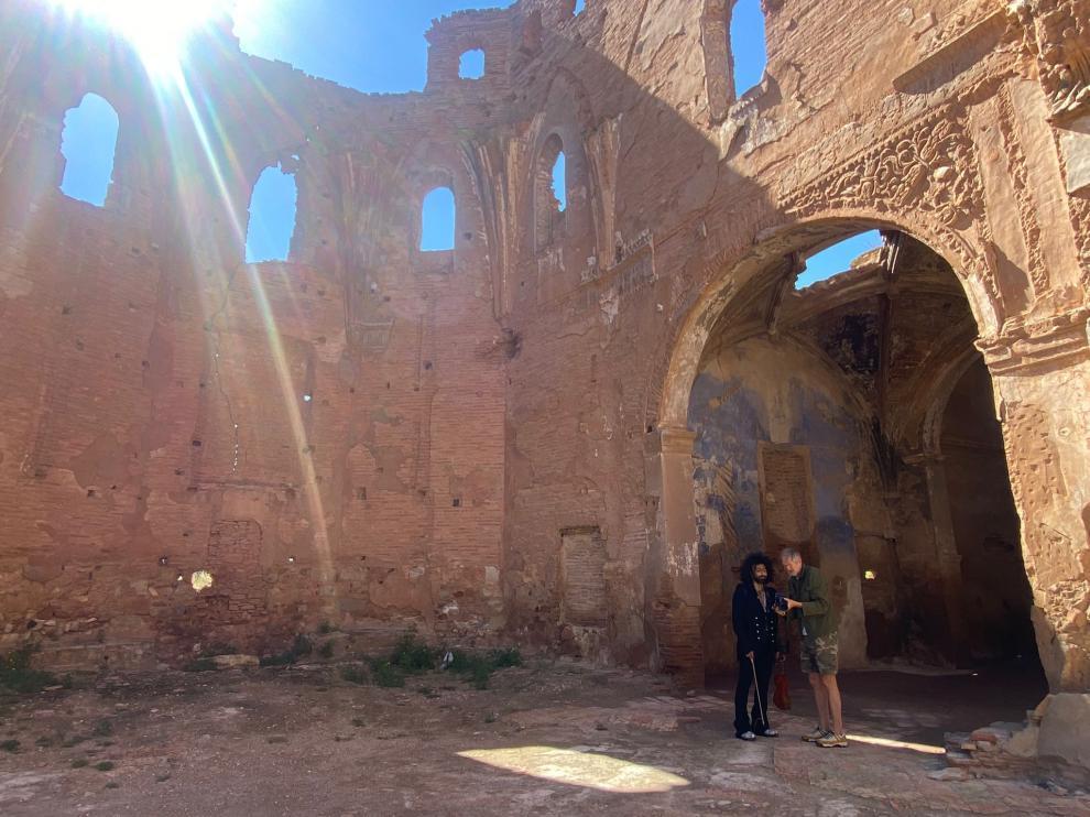 Anton Corbijn muestra a Ara Malikian algunas de las fotos, el martes en el pueblo viejo de Belchite.