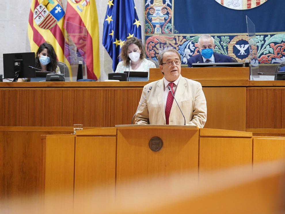 El consejero de Hacienda, Carlos Pérez Anadón, en las Cortes de Aragón este martes