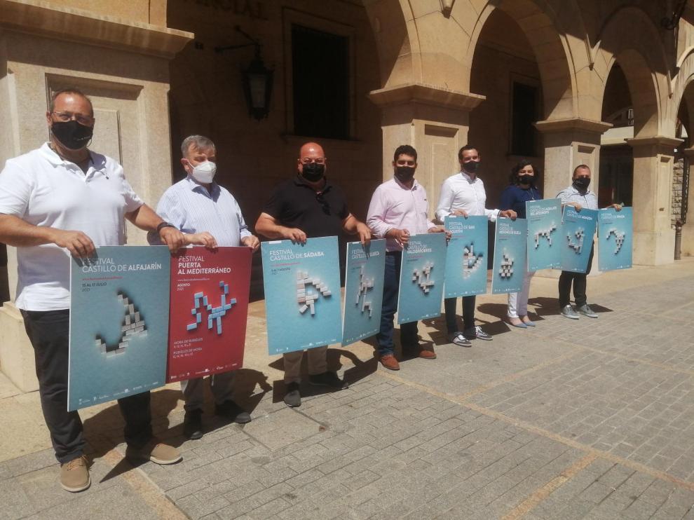 Alcaldes y organizadores de la XXXVI edición del Festival de los Castillos muestran en la plaza de San Juan los carteles con las actuaciones en cada localidad.