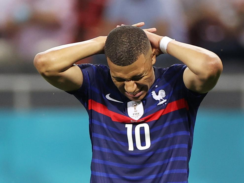 Kylian Mbappé lamenta su fallo en el penalti definitivo de la tanda de Francia ante Suiza.