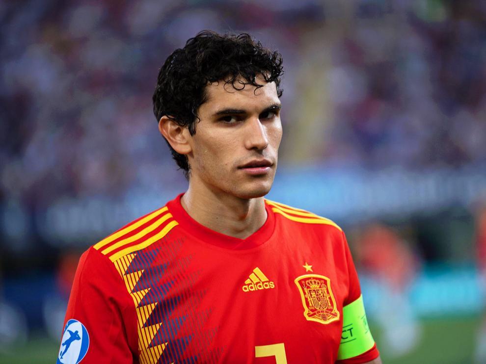 Vallejo, con la camiseta roja española y con el brazal de capitán de la selección sub-21.