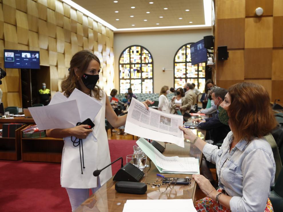 Las concejales de Hacienda y Economía, María Navarro y Carmen Herrarte, al inicio de pleno extraordinario celebrado este miércoles.