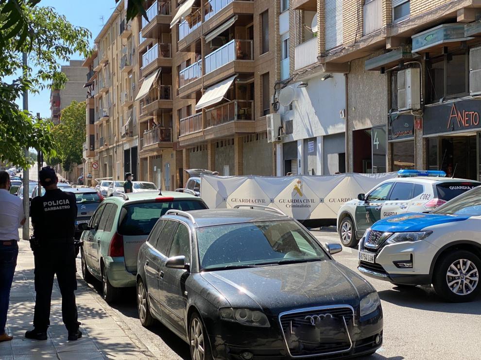 El vehículo de la Guardia Civil, cruzado en la calle a la espera de que salga el detenido en Barbastro.