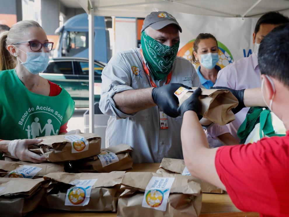 José Andrés (c) participa en el reparto de menús a personas afectadas por la crisis derivada de la pandemia en Valencia, en junio del año pasado