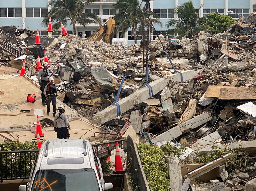 Los equipos de salvamento siguen buscando personas bajo los escombros