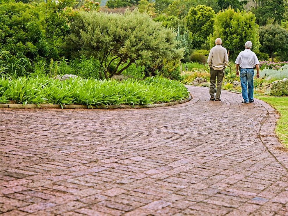 Muchos ancianos 'vuelven al armario' al ingresar en una residencia de mayores.