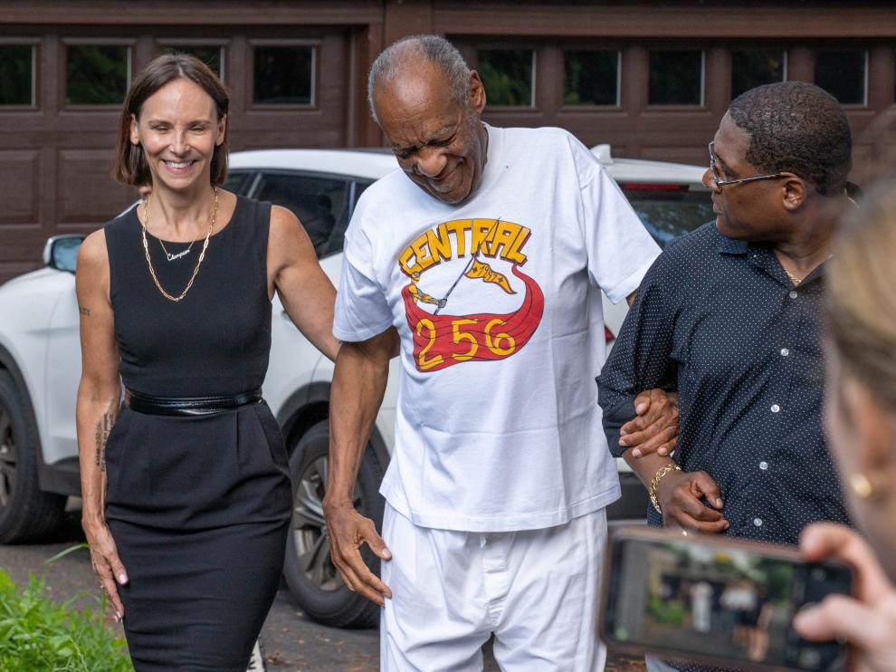 Bill Cosby is greeted outside his house after Pennsylvanias highest court overturned his sexual assault conviction and ordered him released from prison immediately, in Elkins Park, Pennsylvania, U.S. June 30, 2021. REUTERS/Rachel Wisniewski     TPX IMAGES OF THE DAY[[[REUTERS VOCENTO]]] PEOPLE-COSBY/