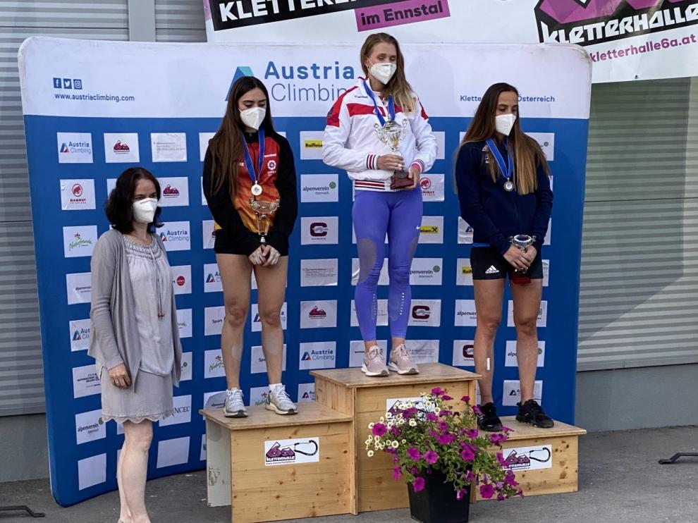 María Laborda (izquierda) recoge la medalla de plata en la segunda prueba de la Copa de Europa de Escalada de Velocidad.