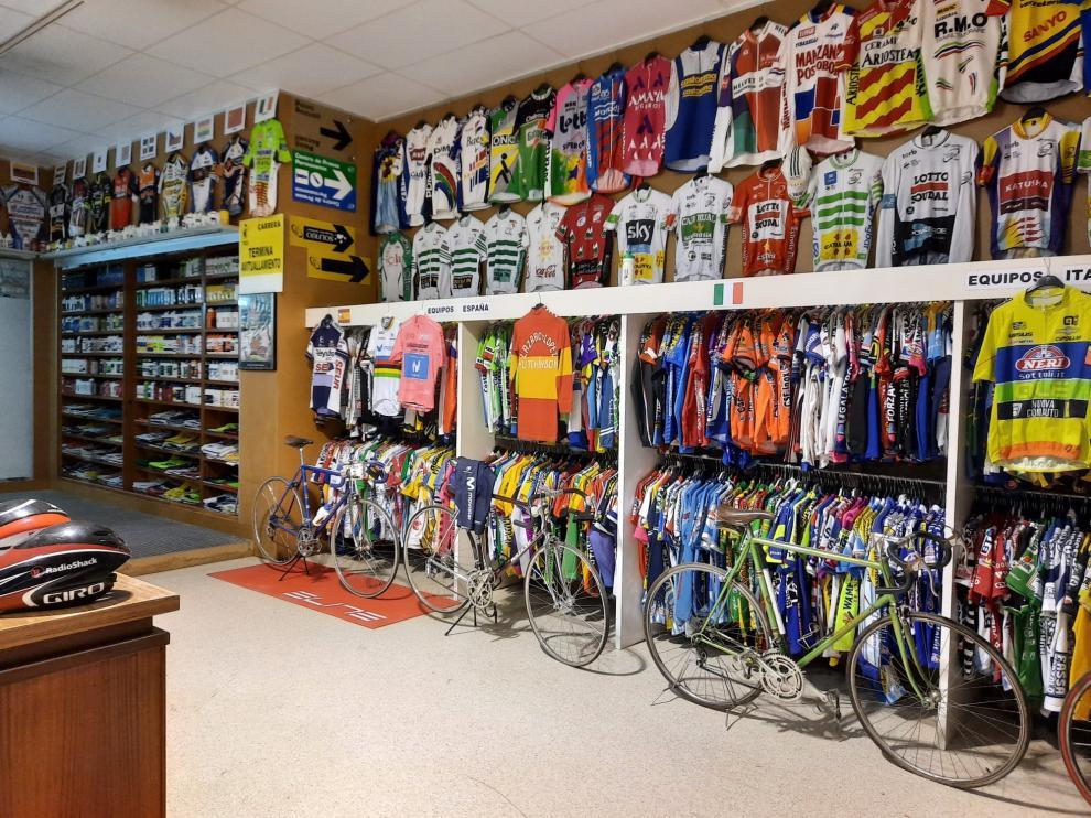 Equipaciones de ciclistas locales, nacionales e internacionales se pueden encontrar en el Museo del Ciclismo de Pirineo