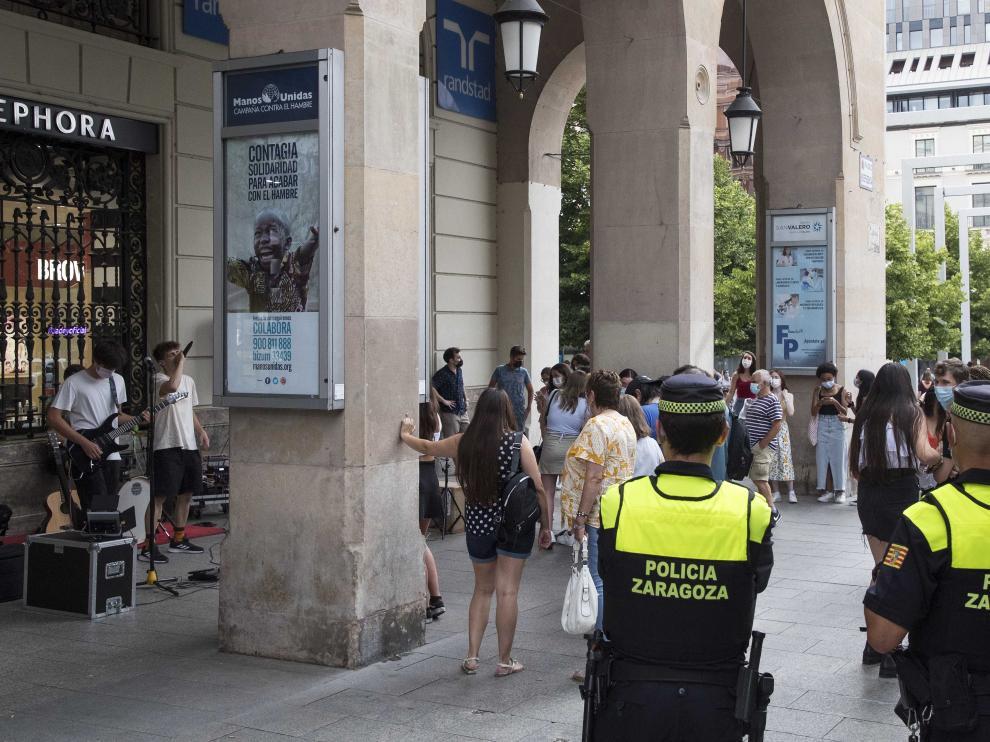 Incrementa el control en Zaragoza policial por los contagios de covid entre los jóvenes.
