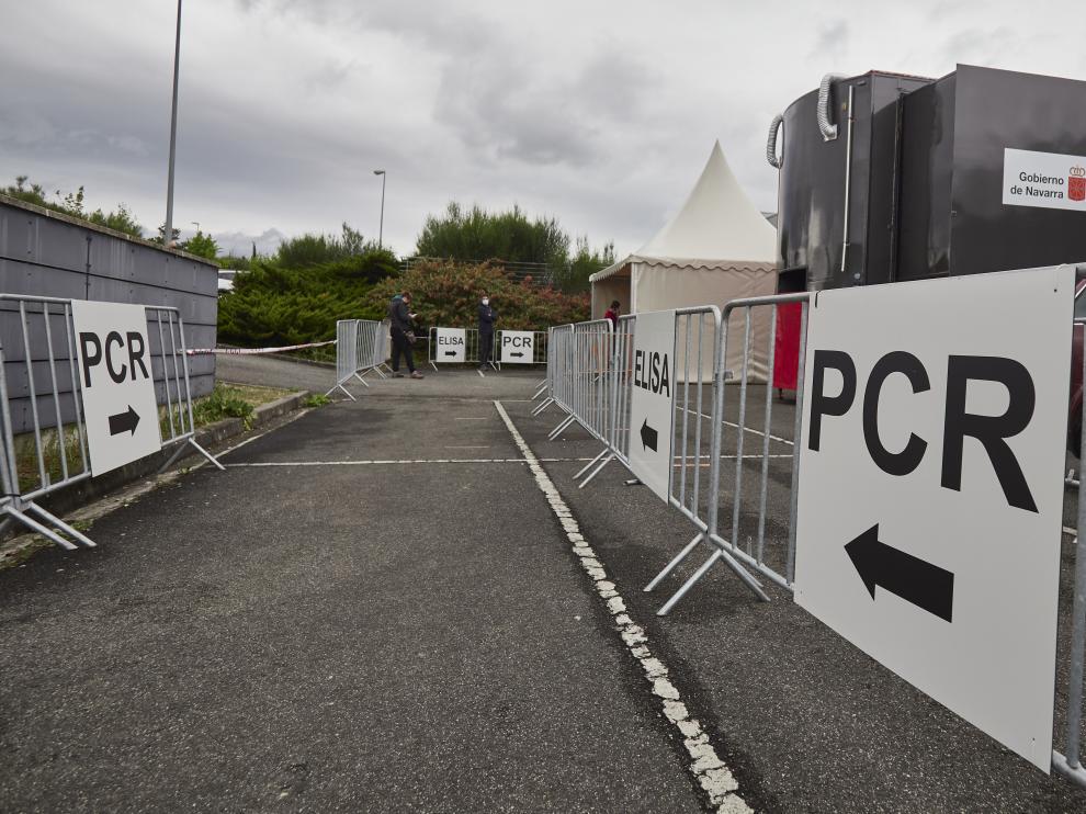 Varios carteles indican la dirección para someterse a un test PCR en un dispositivo de vacunación contra la covid-19 en Navarra,