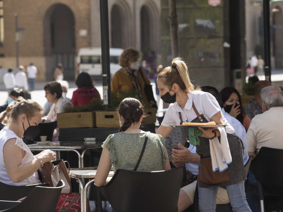 Ambiente en una terraza este miércoles en la plaza del Pilar de Zaragoza
